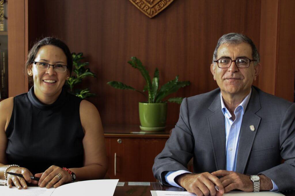 Directora SC y director UMCH firman convenio