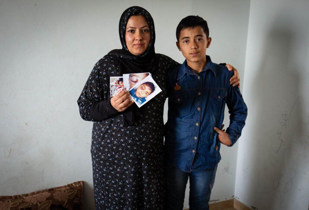 Mahmoud, de 12 años, con su madre, Laila