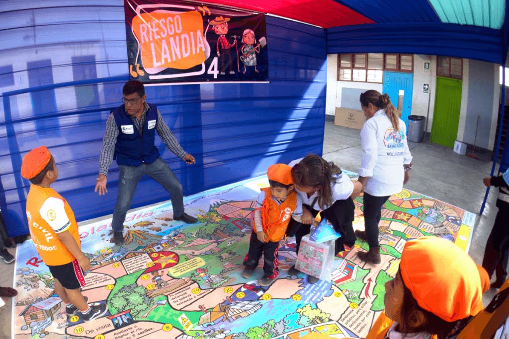 """Niños jugando """"riesgolandia"""", actividad parte de ferias de GRD en Lima Norte"""