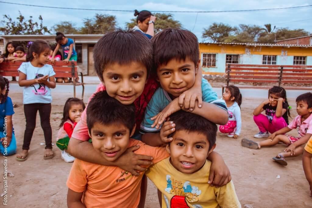 Grupo de niños sonríen a la cámara