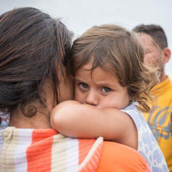 Madre venezolana con niña en brazos
