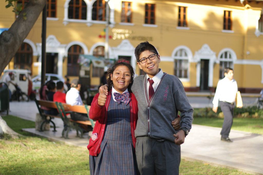 Fotografía de Uriel y amiga del colegio
