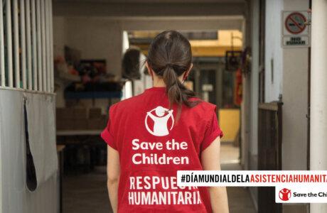 Mujer de espaldas con chaleco de Save the Children