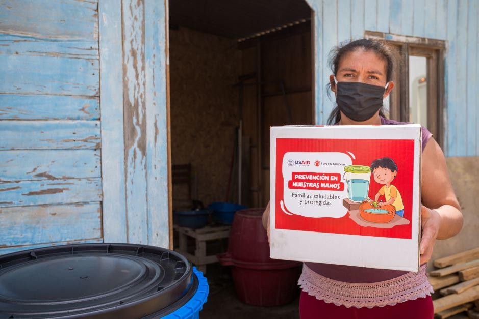 Mujer de Ancón sostiene kit de higiene
